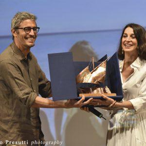 La Valigia dell'attore – 31 luglio 2021 – Fortezza I Colmi – Pif consegna il Premio Gian Maria Volonté 2021 a Donatella Finocchiaro - ph ©Fabio Presutti