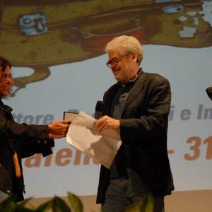 Giovanna Gravina consegna a Roberto Ando' omaggio a F. Rosi - La valigia dell'attore 2011 - Foto di Fabio Presutti