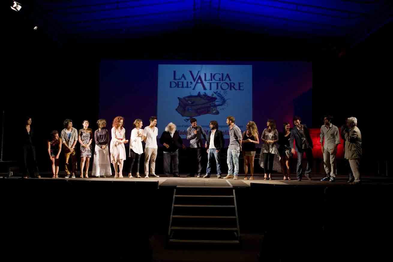Pierfrancesco Favino con gli allievi del ValigiaLab – La valigia dell'attore 2012 – Foto di Nanni Angeli