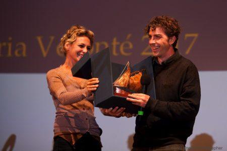 Jasmine Trinca consegna Premio Volonté a Michele Riondino - foto di Nanni Angeli