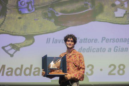 Premio Volonté a Ennio Fantastichini nelle mani di Lorenzo Fantastichini - La Valigia dell'Attore 2019 - foto Nanni Angeli