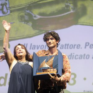 La valigia dell'attore 2019 - La Maddalena 28 luglio 2019 - Premio Gian Maria Volonté a Ennio Fantastichini nelle mani di Lorenzo Fantastichini. Foto di Nanni Angeli