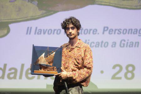 Premio Volonté 2019 a Ennio Fantastichini nelle mani di Lorenzo Fantastichini - foto di Nanni Angeli