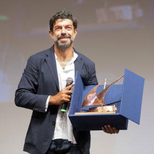 La Valigia dell'attore – 1 agosto 2020 – Fortezza I Colmi – Ore 21,15 - Le isole del cinema consegnano il Premio Gian Maria Volonté 2020 a Pierfrancesco Favino - foto ©Nanni Angeli