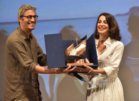 La Valigia dell'Attore La Maddalena 31 luglio Pif consegna il Premio Gian Maria Volonté 2021 all'eccellenza artistica di Donatella Finocchiaro ph Fabio Presutti